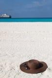 Καφετί καπέλο στην άσπρη άμμο Στοκ εικόνα με δικαίωμα ελεύθερης χρήσης