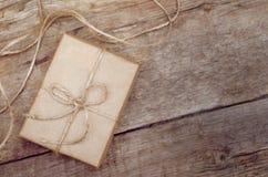 Καφετί κιβώτιο δώρων στο ξύλινο υπόβαθρο Στοκ φωτογραφία με δικαίωμα ελεύθερης χρήσης
