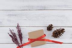 Καφετί κιβώτιο δώρων, pinecones και ιώδης ξηρά ανθοδέσμη λουλουδιών Στοκ εικόνες με δικαίωμα ελεύθερης χρήσης