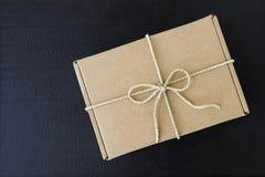 Καφετί κιβώτιο δώρων με τη φυσική υλική σειρά στο μαύρο υπόβαθρο Στοκ Εικόνες