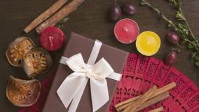 Καφετί κιβώτιο δώρων στο ξύλινο υπόβαθρο, κανέλα, διάθεση φθινοπώρου επίπεδη Στοκ φωτογραφίες με δικαίωμα ελεύθερης χρήσης