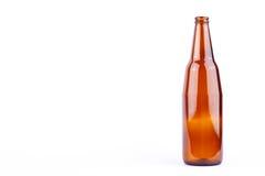 Καφετί μπουκάλι μπύρας για το κόμμα ποτών μπύρας στο άσπρο ποτό υποβάθρου που απομονώνεται Στοκ Φωτογραφίες