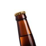καφετί μπουκάλι μπύρας με την κίτρινη ΚΑΠ σε ένα άσπρο υπόβαθρο Στοκ εικόνα με δικαίωμα ελεύθερης χρήσης