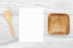 Καφετί ξύλινο κύπελλο και ξύλινο κουτάλι στον άσπρο ξύλινο πίνακα Στοκ φωτογραφία με δικαίωμα ελεύθερης χρήσης