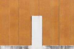 Καφετί ξύλινο υπόβαθρο τοίχων και άσπρος φραγμός τσιμέντου στοκ φωτογραφίες με δικαίωμα ελεύθερης χρήσης