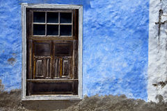 Καφετί ξύλο   παράθυρο σε έναν μπλε τοίχο arrecife Στοκ Φωτογραφίες
