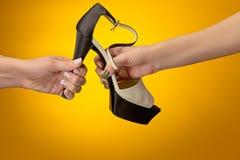 Καφετί παπούτσι γυναικών με το θηλυκό και το αρσενικό σε ετοιμότητα Στοκ εικόνα με δικαίωμα ελεύθερης χρήσης