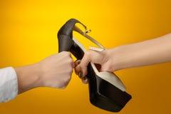 Καφετί παπούτσι γυναικών με το θηλυκό και το αρσενικό σε ετοιμότητα Στοκ φωτογραφίες με δικαίωμα ελεύθερης χρήσης