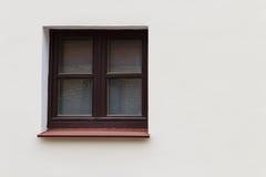 Καφετί παράθυρο στην πρόσοψη Στοκ φωτογραφία με δικαίωμα ελεύθερης χρήσης