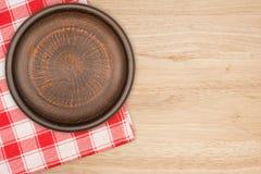 Καφετί πιάτο αργίλου στον πίνακα Στοκ Εικόνα