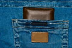 Καφετί πορτοφόλι δέρματος στην τσέπη Πορτοφόλι στα μισά του δρόμου έξω από τζιν πίσω Τζιν παντελόνι τσεπών με το πορτοφόλι καφετί Στοκ φωτογραφία με δικαίωμα ελεύθερης χρήσης