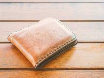 Καφετί πορτοφόλι στον ξύλινο πίνακα Στοκ φωτογραφίες με δικαίωμα ελεύθερης χρήσης