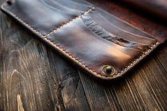 Καφετί πορτοφόλι δέρματος στον ξύλινο πίνακα, παλαιό Στοκ Εικόνες