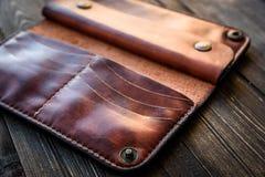 Καφετί πορτοφόλι δέρματος στον ξύλινο πίνακα, παλαιό Στοκ φωτογραφία με δικαίωμα ελεύθερης χρήσης