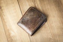 Καφετί πορτοφόλι δέρματος στο ξύλινο υπόβαθρο πινάκων Στοκ φωτογραφίες με δικαίωμα ελεύθερης χρήσης