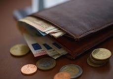 Καφετί πορτοφόλι με τα ευρο- χρήματα εσωτερικά και τα νομίσματα, πιστωτικές κάρτες πλησίον Στοκ φωτογραφίες με δικαίωμα ελεύθερης χρήσης