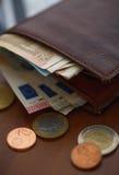 Καφετί πορτοφόλι με τα ευρο- χρήματα εσωτερικά και τα νομίσματα, πιστωτικές κάρτες πλησίον Στοκ εικόνα με δικαίωμα ελεύθερης χρήσης