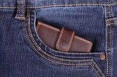 Καφετί πορτοφόλι στην τσέπη τζιν Στοκ Εικόνες
