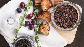 Καφετί ρύζι, μαύρο peper, ξηρό balefruit, κανέλα, σταφύλι και ol Στοκ Φωτογραφία