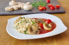 Καφετί ρύζι με τις ντομάτες, τη σάλτσα και champignons Στοκ Εικόνα