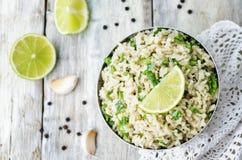 Καφετί ρύζι σκόρδου ασβέστη Cilantro στοκ εικόνα με δικαίωμα ελεύθερης χρήσης