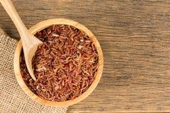 Καφετί ρύζι της Jasmine στο ξύλινο κύπελλο Στοκ εικόνες με δικαίωμα ελεύθερης χρήσης
