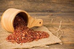 Καφετί ρύζι της Jasmine στο ξύλινο κύπελλο Στοκ Φωτογραφίες