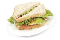 Καφετί σάντουιτς ψωμιού στο πιάτο στοκ εικόνες