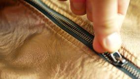 Καφετί σακάκι δέρματος Zipped απόθεμα βίντεο