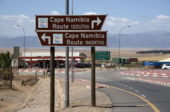 Καφετί σημάδι τουριστών στην εθνική οδό S Αφρική της Ναμίμπια ακρωτηρίων Στοκ φωτογραφία με δικαίωμα ελεύθερης χρήσης