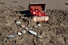 Καφετί στήθος στην άμμο Στοκ Εικόνα