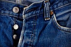 Καφετί τζιν ραφών και ασημένια τζιν κουμπιών και παλαιό στενό σε επάνω σύστασης τζιν τζιν παντελόνι στοκ φωτογραφία με δικαίωμα ελεύθερης χρήσης