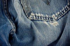 Καφετί τζιν ραφών και παλαιός επάνω σύστασης τζιν τζιν παντελόνι στενός στοκ φωτογραφία