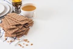 Καφετί τριζάτο ψωμί σίκαλης (σουηδικές κροτίδες) στο κομμάτι του υφάσματος με Στοκ Εικόνες