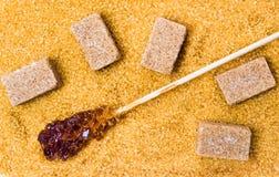 Καφετί υπόβαθρο ραβδιών, κρυστάλλων και κύβων ζάχαρης Στοκ Εικόνες