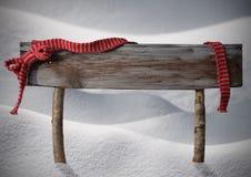 Καφετί χιόνι αντιγράφων σημαδιών Χριστουγέννων, κόκκινη κορδέλλα, Snowflakes Στοκ Εικόνα