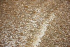 Καφετί χρώμα του ποταμού μεταλλικού θόρυβου στο φράγμα Saraphi Στοκ φωτογραφία με δικαίωμα ελεύθερης χρήσης