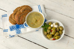 Καφετί ψωμί με τη σούπα και τις ελιές Στοκ Εικόνες