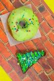 Καφετί brownie κέικ με μορφή του τριγώνου Bagel με την πράσινη τήξη Στοκ φωτογραφία με δικαίωμα ελεύθερης χρήσης