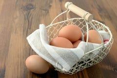 καφετιά αυγά καλαθιών φυ&s τρόφιμα φρέσκα Στοκ φωτογραφία με δικαίωμα ελεύθερης χρήσης