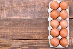 Καφετιά αυγά κοτόπουλου σε έναν δίσκο για τα αυγά σε ένα καφετί ξύλινο υπόβαθρο Στοκ φωτογραφία με δικαίωμα ελεύθερης χρήσης