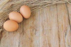Καφετιά αυγά κοτόπουλου στο ξύλινο υπόβαθρο, υπόβαθρα τροφίμων Στοκ Εικόνες