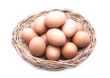 Καφετιά αυγά στο καφετί καλάθι Στοκ φωτογραφία με δικαίωμα ελεύθερης χρήσης