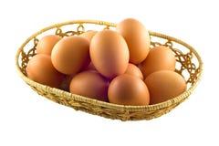 Καφετιά αυγά στο καλάθι στο λευκό Στοκ φωτογραφία με δικαίωμα ελεύθερης χρήσης