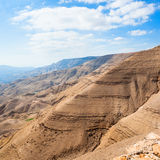 Καφετιά βουνά στην κοιλάδα του ποταμού Wadi Mujib Στοκ εικόνες με δικαίωμα ελεύθερης χρήσης