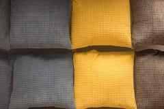 Καφετιά, γκρίζα και κίτρινα μαξιλάρια Στοκ φωτογραφία με δικαίωμα ελεύθερης χρήσης