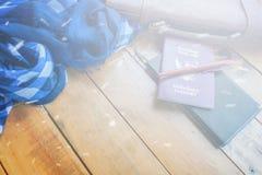 Καφετιά διαβατήριο και σημειωματάριο τσαντών δέρματος με το μπλε ναυτικό ελεγχμένο μαντίλι Στοκ φωτογραφία με δικαίωμα ελεύθερης χρήσης