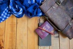 Καφετιά διαβατήριο και σημειωματάριο τσαντών δέρματος με το μπλε ναυτικό ελεγχμένο μαντίλι Στοκ εικόνες με δικαίωμα ελεύθερης χρήσης