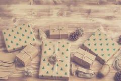 Καφετιά εγκιβωτισμένα διακοσμημένα χριστουγεννιάτικα δώρα, τονισμένη φωτογραφία Στοκ Εικόνες