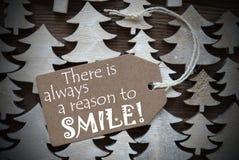 Καφετιά ετικέτα Χριστουγέννων με πάντα το λόγο να χαμογελάσει στοκ φωτογραφία με δικαίωμα ελεύθερης χρήσης
